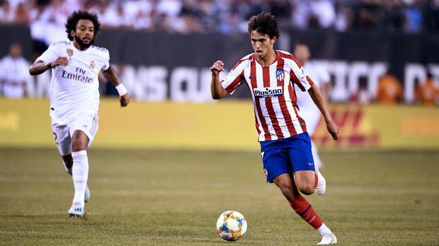 Real Madrid's Brazilian defender Marcelo (L) runs after Atletico Madrid's Portuguese midfielder Joao Felix as he controls the ball during their 2019 International Champions Cup football match between Real Madrid and Atletico Madrid at the Metlife Stadium Arena in East Rutherford, New Jersey on July 26, 2019. (Photo by Johannes EISELE / AFP)
