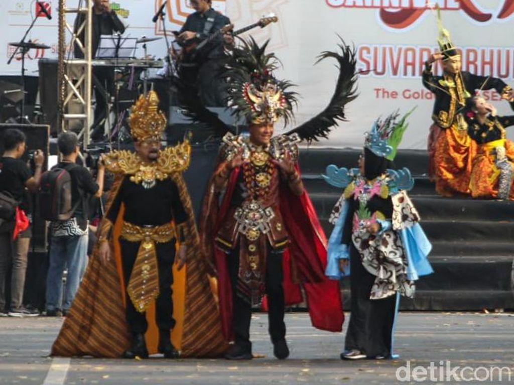 Ikut Solo Batik Carnival, Ganjar Pranowo Pakai Kostum Khas Timor Leste