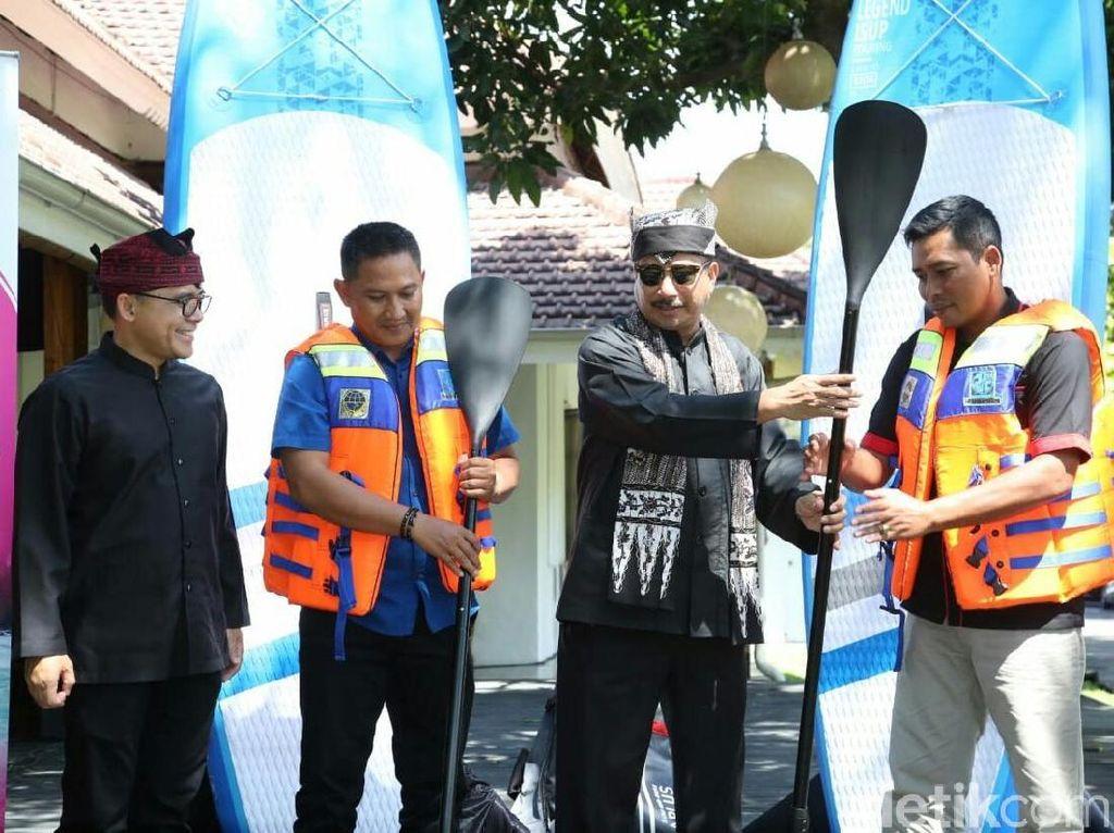 Menpar Bagikan 10 Stand Up Paddle Board untuk Banyuwangi