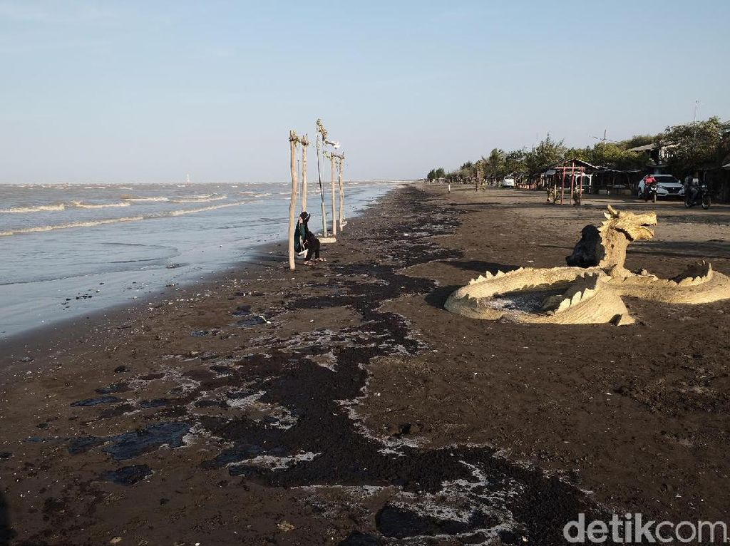 Sepekan Masih Tercemar Minyak, Pantai di Karawang Sepi Pengunjung