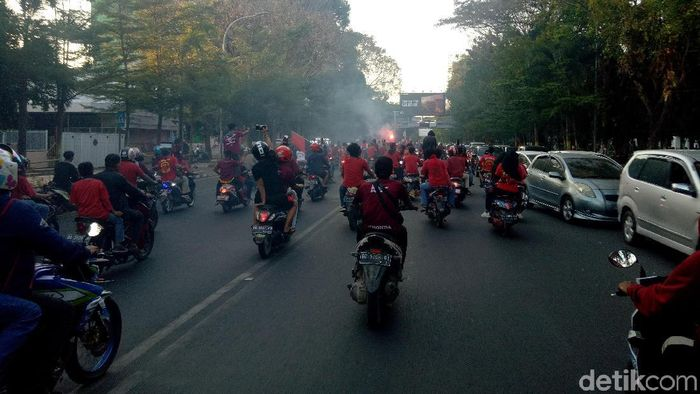 Suporter PSM Makassar konvoi. (Foto: Ibnu Munsir/detikSport)