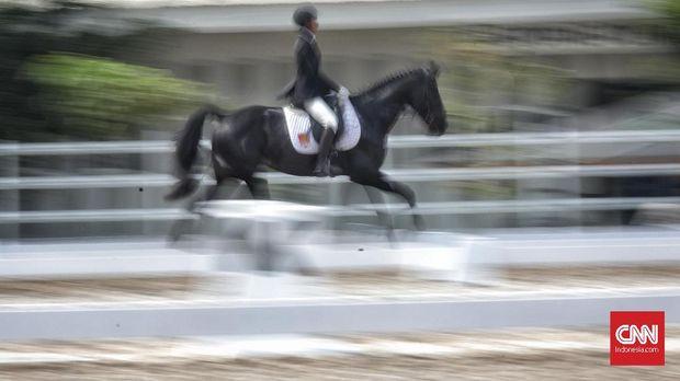 Sejumlah atlet berkuda tampil tampil di Indonesia Horse Show 2019 di Jakarta International Equestrian Park, Pulomas, Jakarta, 28 Juli 2019. Kompetisi berkuda yang sering dipertandingkan di JIEPP yakni bidang dressage, show jumping dan cross country. CNN Indonesia/Hesti Rika