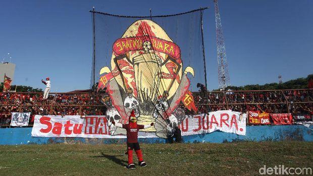 Suporter PSM Makassar jelang laga dengan Persija Jakarta, yang akhirnya ditunda karena alasan keamanan