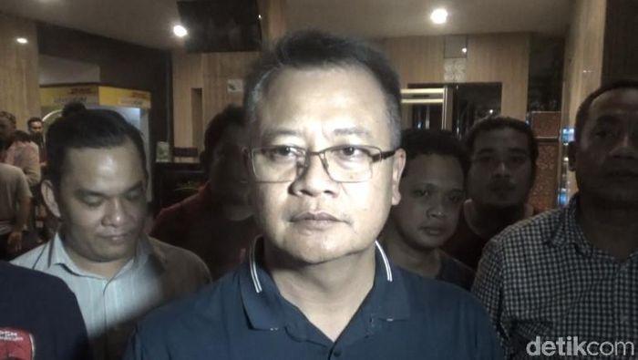 Kapolretabes Makassar, Kombes Wahyu Dwi Ariwibowo, berkoordinasi dengan Persija Jakarta menjelang duel dengan PSM Makassar. (Foto: Reinhard Soplantila/Detikcom)