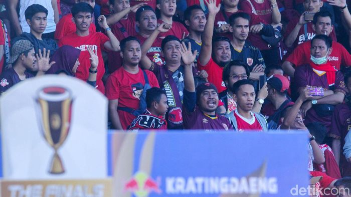 Suporter yang memadati tribune Stadion Andi Mattalatta jelang laga PSM Makassar vs Persija Jakarta, yang kemudian laga ternyata diundur. (Foto: Rifkianto Nugroho/detikSport)