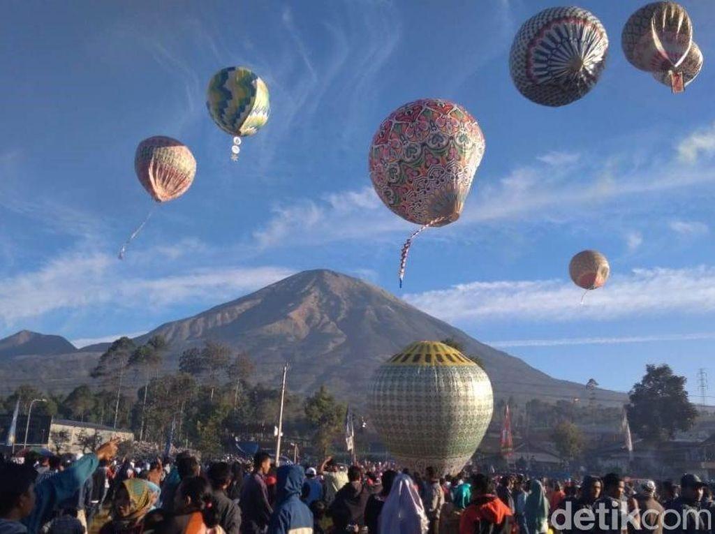 Sambut Panen Raya, Petani di Wonosobo Terbangkan Balon Udara