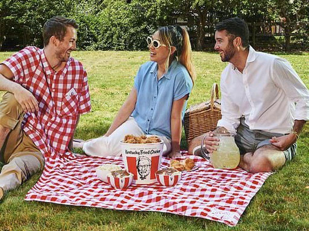 KFC Rilis Kemeja yang Bisa Jadi Taplak Piknik, Praktis Atau Aneh?