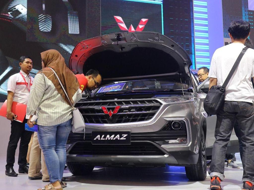 Wuling Almaz Dikerubungi Pengunjung GIIAS 2019 yang Penasaran