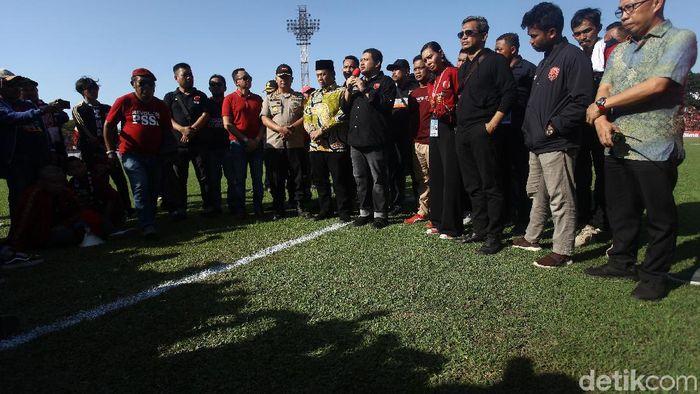 Petinggi PSM Makassar beserta pejabat setempat memberi keterangan terkait penundaan laga melawan Persija Jakarta. (Foto: Rifkianto Nugroho/detikSport)