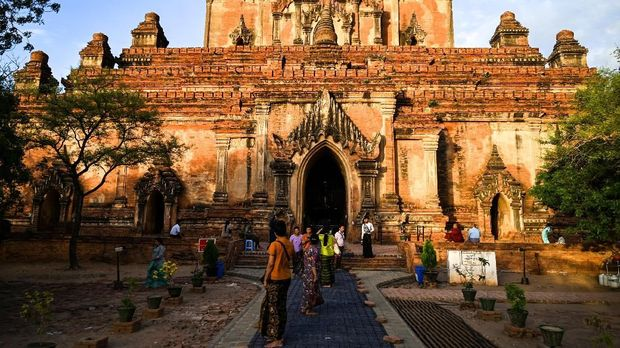 Visitors take a look at the Sulamani ancient pagoda in Bagan on July 6, 2019. - The UNESCO World Heritage Committee on July 6 approved the registration of the ancient city of Bagan as a World Heritage site. (Photo by Ye Aung THU / AFP)