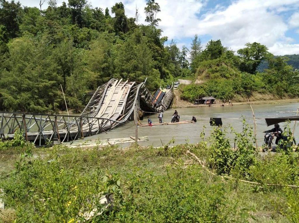 Jembatan Putus, Upaya Terangi Desa di Pelosok Jalan Terus
