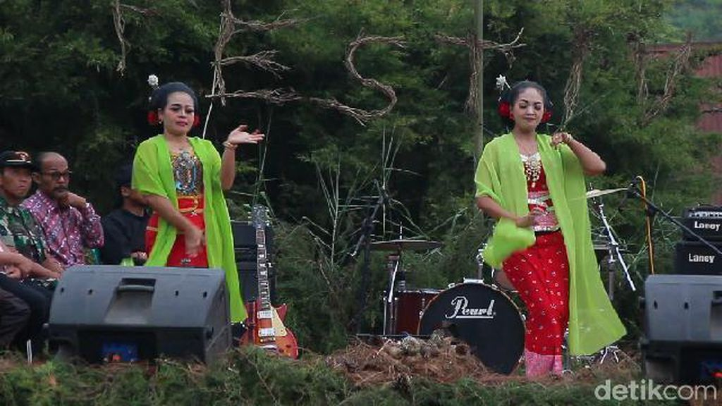 Foto: Tari Ronggeng di Festival Budaya Kaligua Brebes