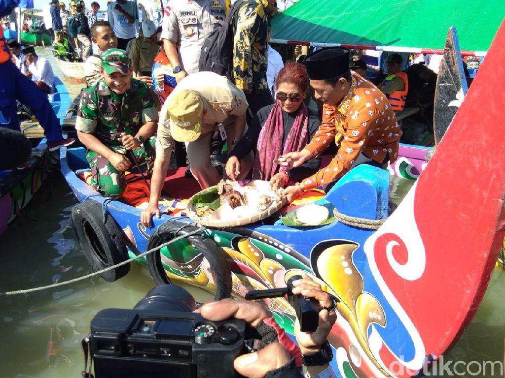 Naik Perahu Nelayan, Menteri Susi Ikut Sedekah Laut Di Demak
