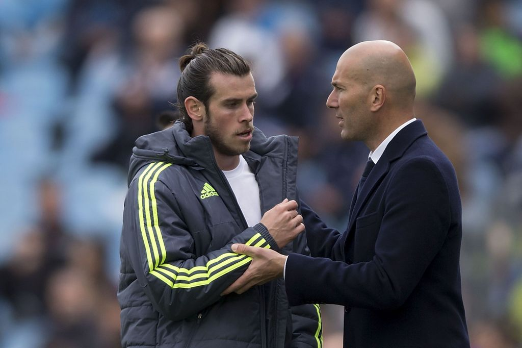 GETAFE, SPAIN - APRIL 16: Gareth Bale (L) of Real Madrid CF clashes hands with his head coach Zinedine Zidane (R) as he leaves the pithc  during the La Liga match between Getafe CF and Real Madrid CF at Coliseum Alfonso Perez on April 16, 2016 in Getafe, Spain.  (Photo by Gonzalo Arroyo Moreno/Getty Images)