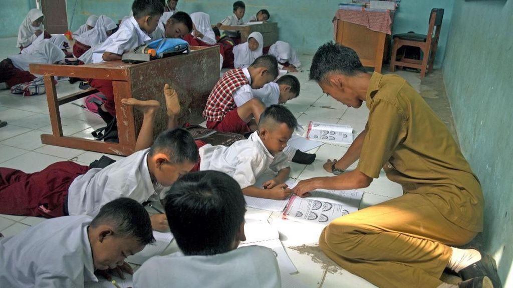 Miris, Siswa Belajar di Lantai Karena Kekurangan Meja dan Bangku