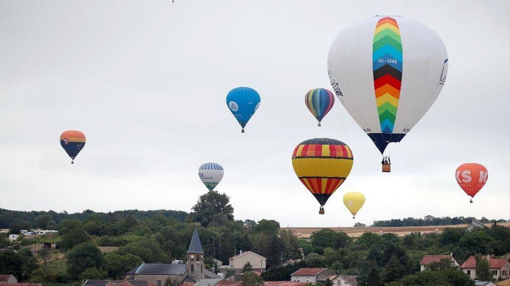 Warna-warni Balon Udara Hiasi Langit Prancis