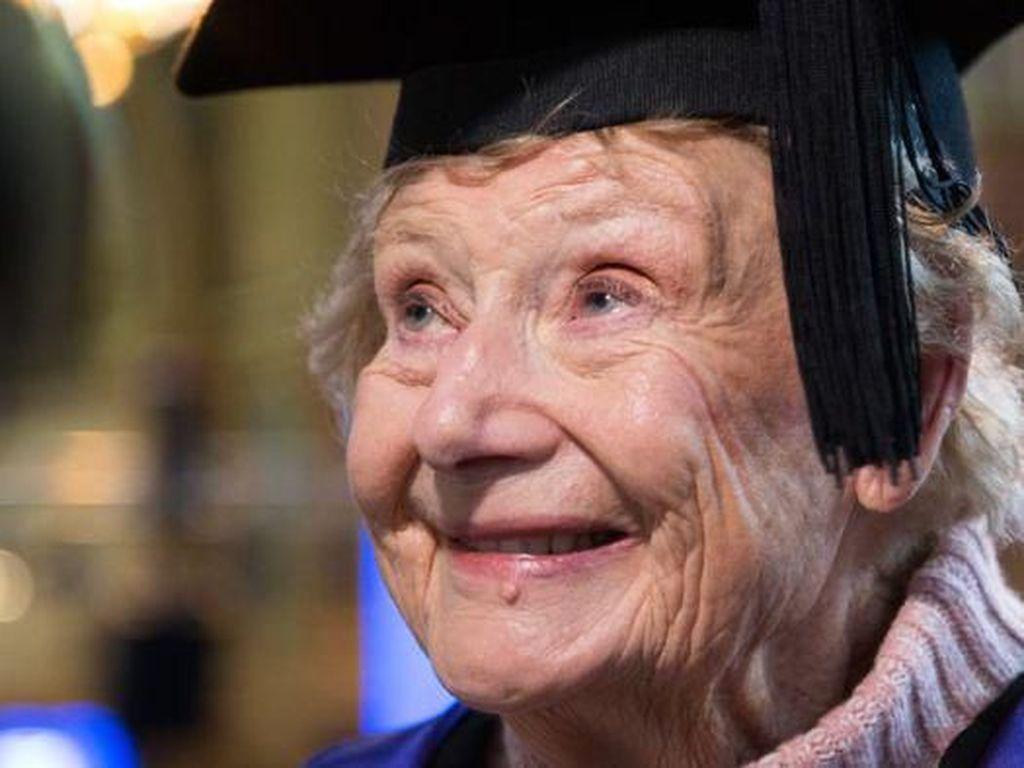 Tak Pernah Terlambat Untuk Belajar, Nenek Australia Ini Lulus S2 Usia 90 Tahun