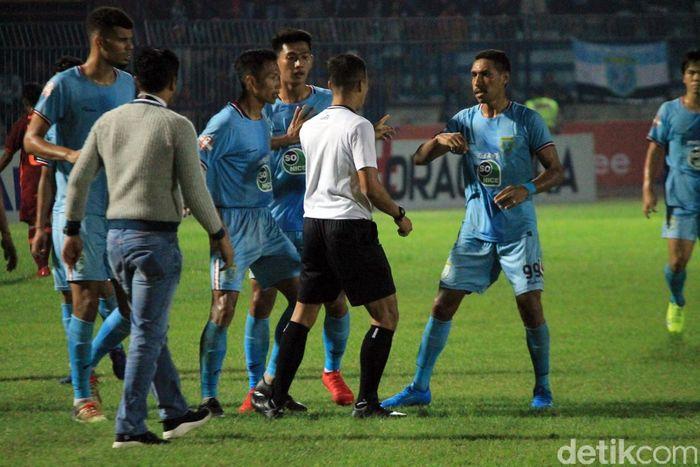 Laga Persela Lamongandan Borneo FC yang berlangsung di Stadion Surajaya, Lamongan, Jawa Timur, Senin (29/7/2019) malam, diwarnai kericuhan.