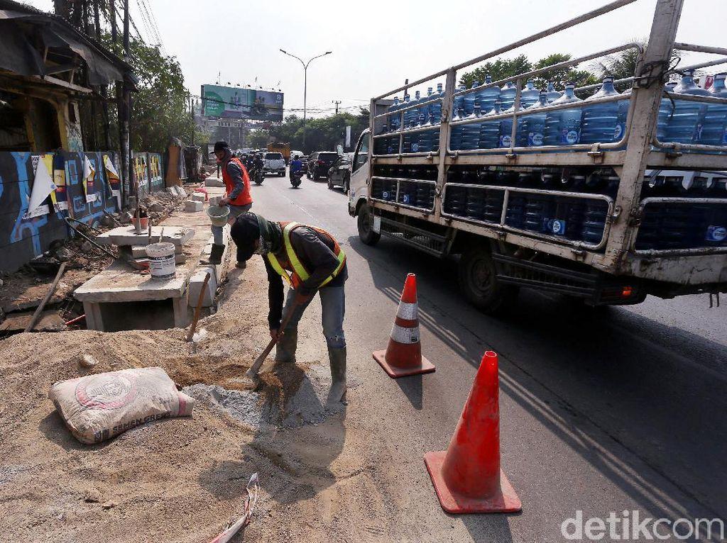 Saluran Air di Jalan Juanda Ciputat Dibenahi