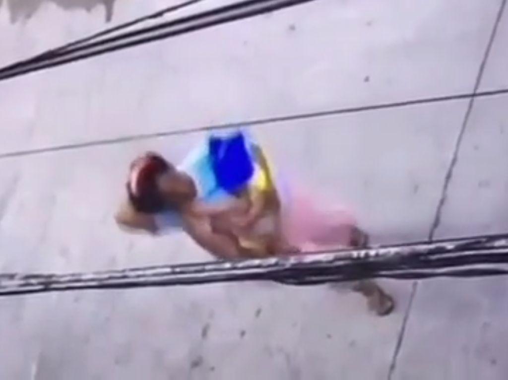 Viral Ibu-ibu Tega Tinggalkan Bayi di Pinggir Jalan Teluk Gong Jakut