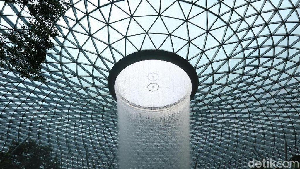 Foto: Air Terjun Indoor Tertinggi Sedunia di Singapura