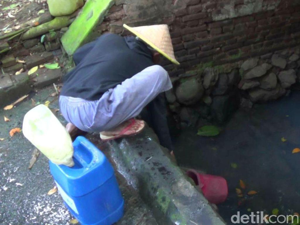 Warga Blitar Terpaksa Konsumsi Air Kotor karena Kekeringan