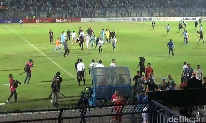 Kericuhan tersebut bermula dari insiden antara kiper Persela Dwi Kuswanto dan pemain Borneo FC Wahyudi Hamisi.