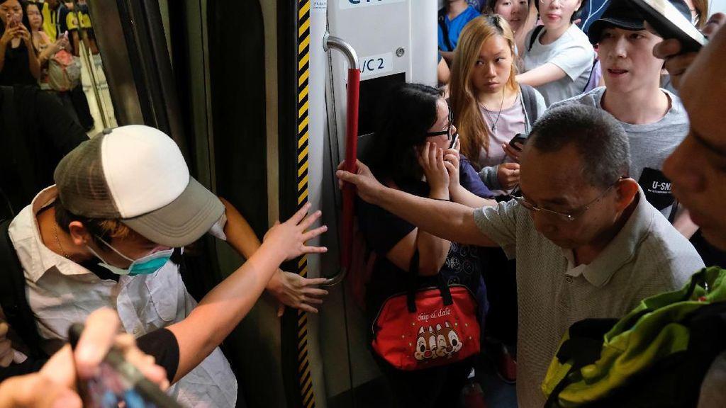 Potret Pendemo Blokir MRT di Hong Kong