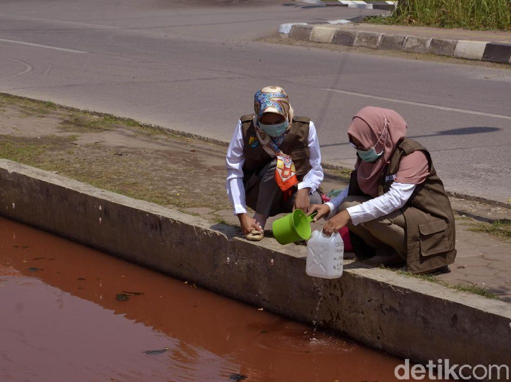 Air Sungai di Pekalongan Berubah Warna-warni, Ternyata Ini Sebabnya