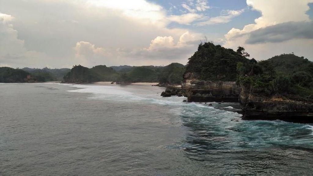 Terpesona Gugusan Karang Pantai Batu Bengkung Malang