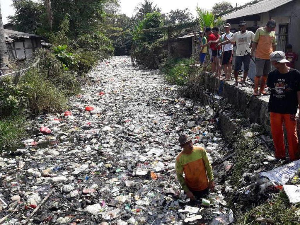 TNI-Polri dan Warga Turun ke Kali Bahagia Bekasi Bersih-bersih Sampah