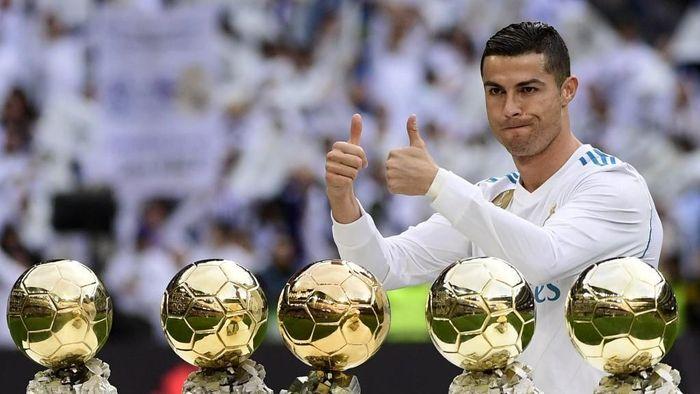 Cristiano Ronaldo mengoleksi Ballon dOr. (Foto: Pierre-Philippe Marcou / AFP)