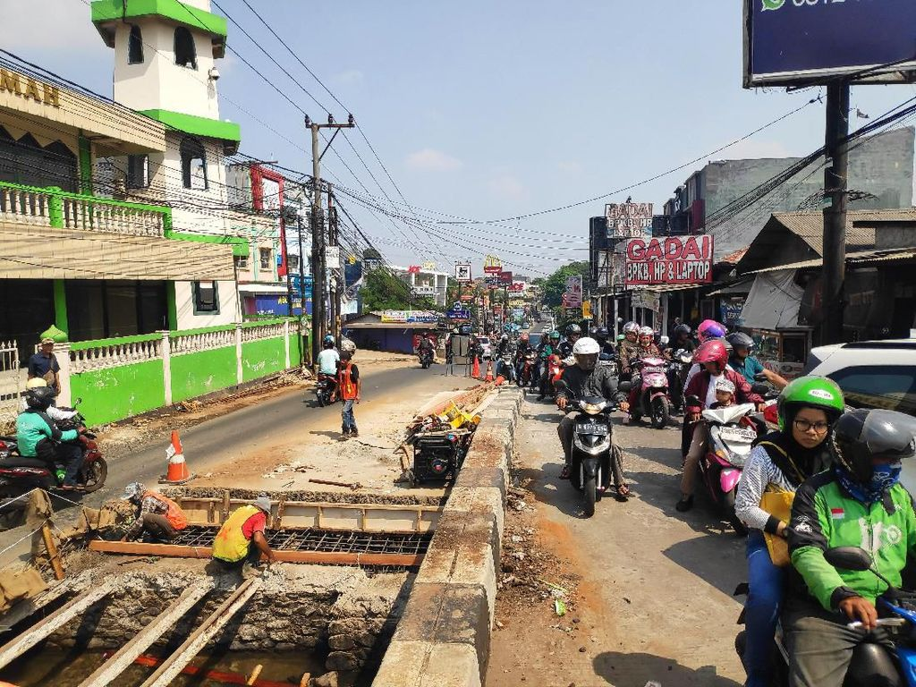 Ada Perbaikan Jembatan, Jalan Raya Sawangan Depok Macet Parah