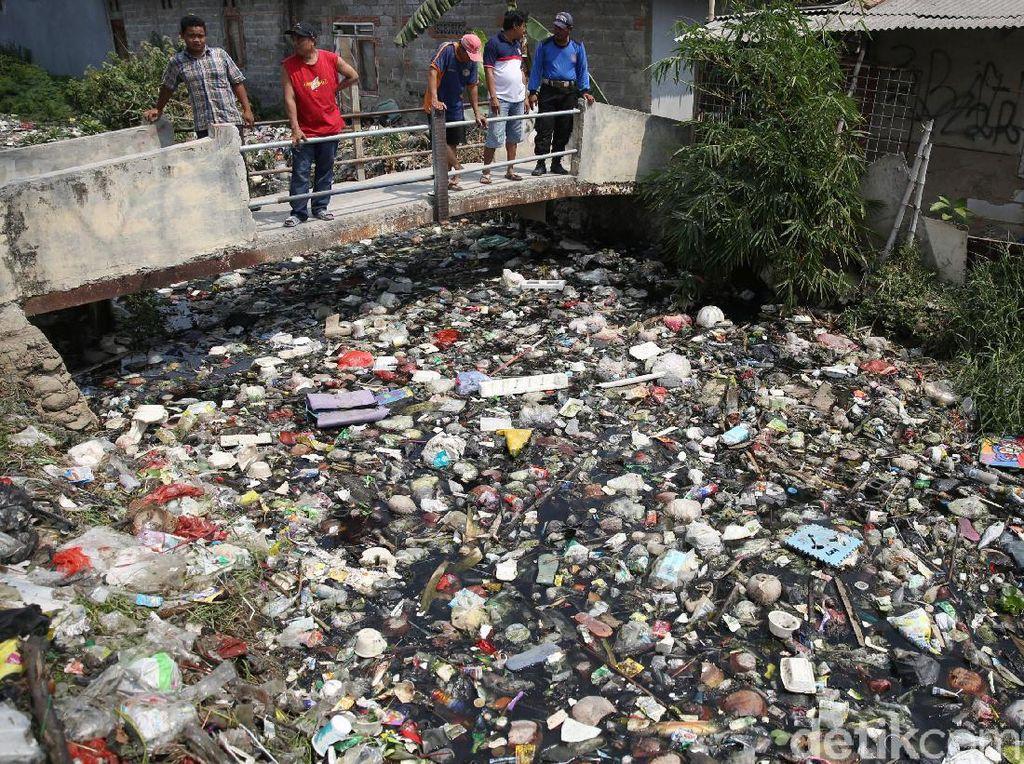 Penampakan Sampah di Kali Bahagia yang Bikin Warga Tak Bahagia
