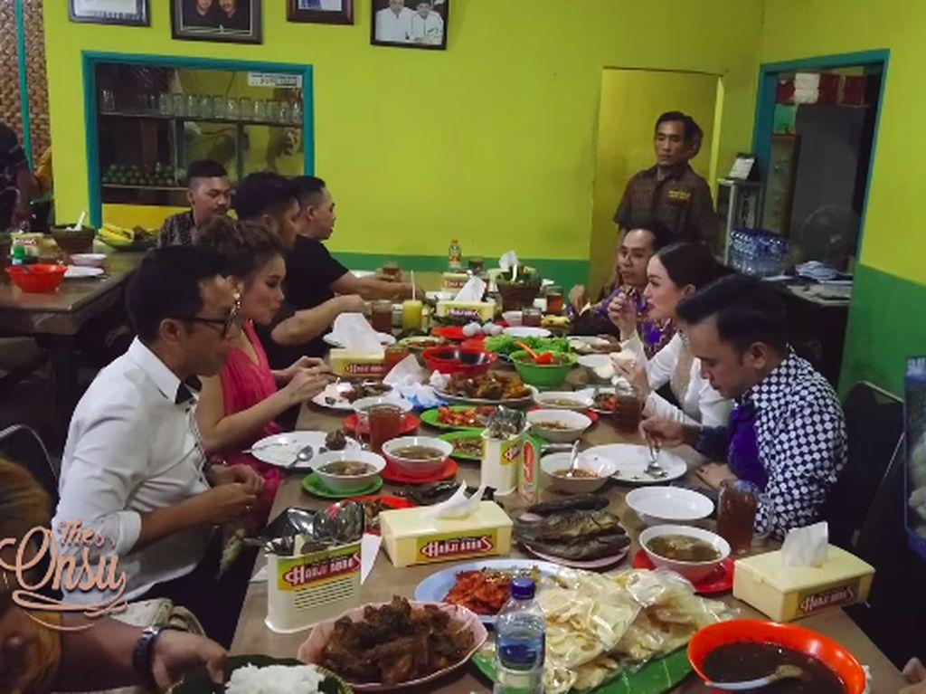 Usai Kondangan Siti Badriah, Ruben dan Gank Rusuh Makan di RM Enak Ini!