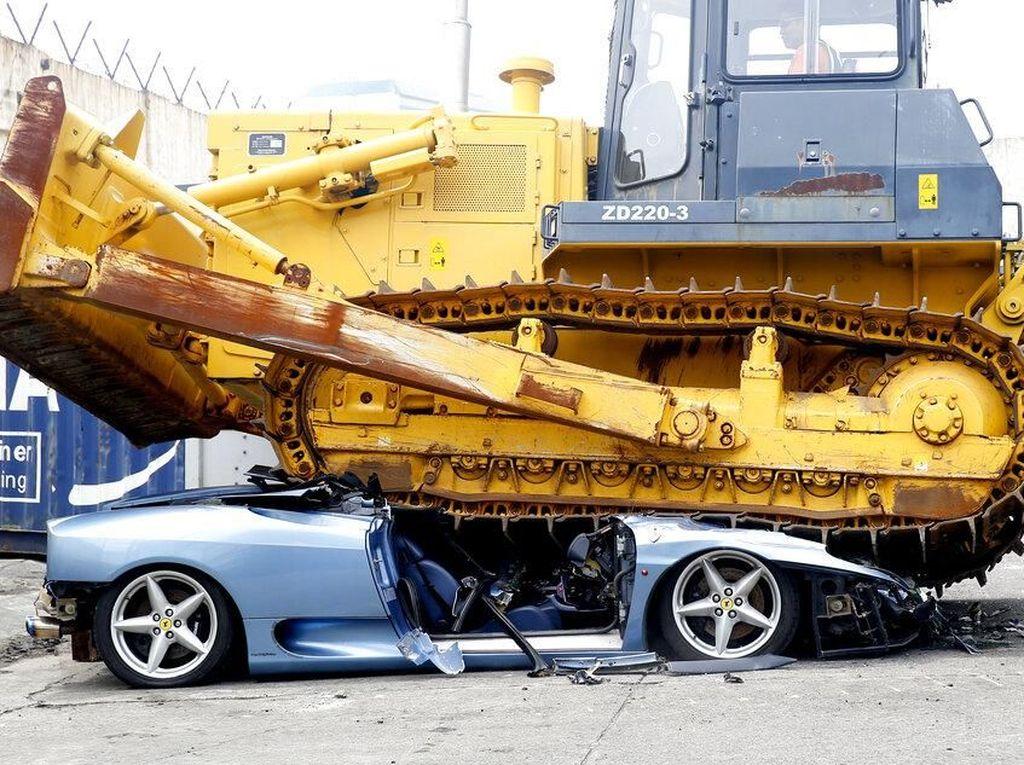Detik-detik Ferrari Digilas Buldoser karena Pajaknya Tak Dibayar