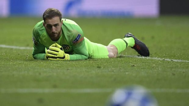 Atletico Madrid's Slovenian goalkeeper Jan Oblak eyes the ball during the UEFA Champions League group A football match between Atletico Madrid and Monaco at the Wanda Metropolitan stadium in Madrid on November 28, 2018. (Photo by OSCAR DEL POZO / AFP)