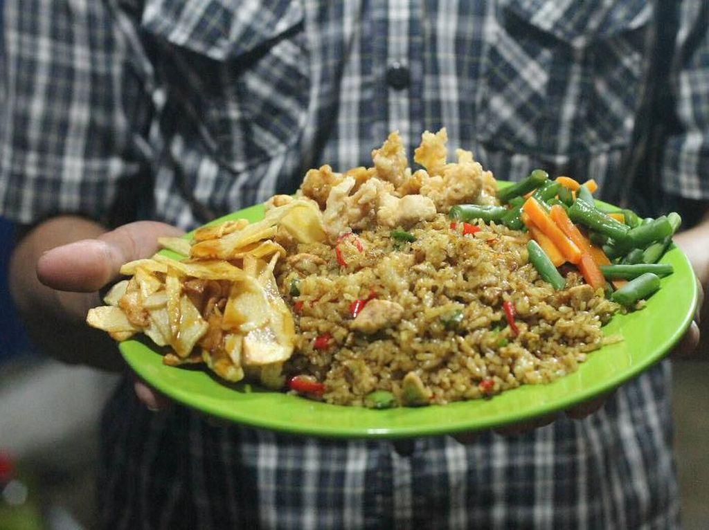 Pakai Bistik hingga Ngohiong, Nasi Goreng Gerobak Ini Punya Rasa yang Enak