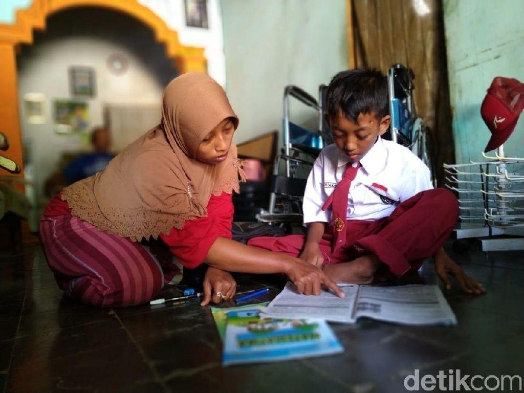 Semangat Fatan Terus Bersekolah Meski Kakinya Tak Bisa Melangkah