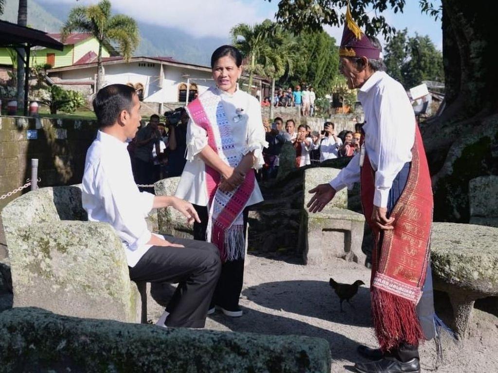 Kunjungi Kampung Persidangan Siallagan, Jokowi Duduk di Kursi Batu Raja