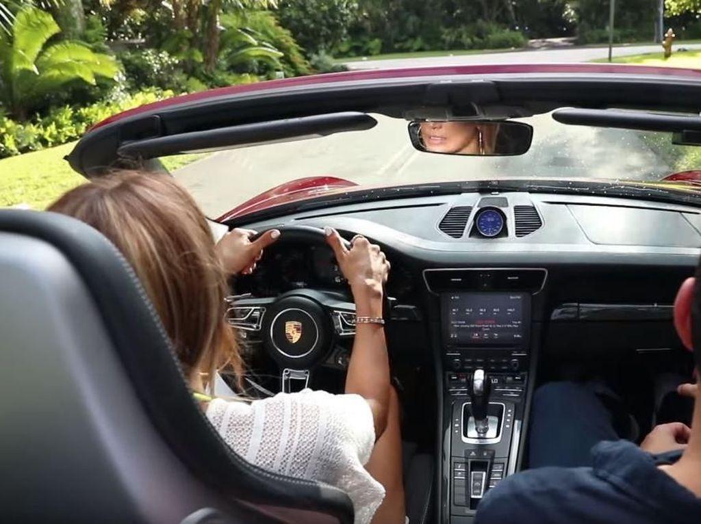 Jennifer Lopez Nyetir Lagi Setelah 25 Tahun, Mobilnya Istimewa