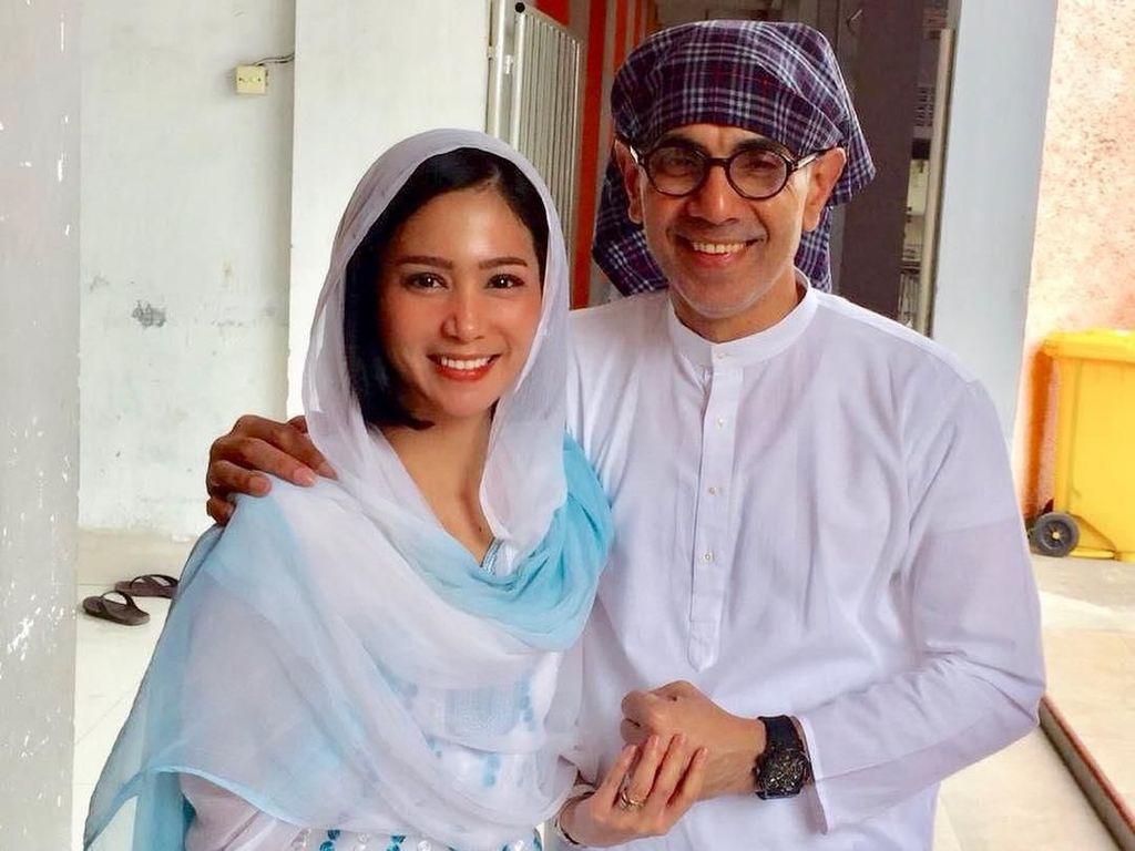 Foto: Kemesraan Bunga Zainal dan Suami yang Perbedaan Usianya Sering Dicibir