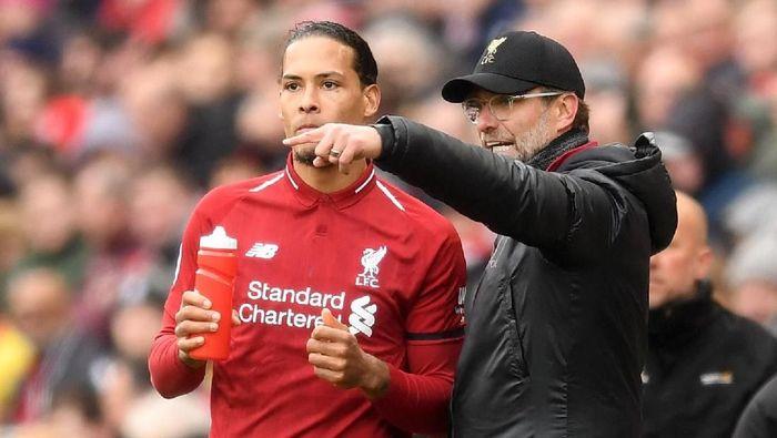 Virgil van Dijk berdebat dengan Juergen Klopp saat Liverpool digasak Napoli 0-3 di laga pramusim. (Foto: Michael Regan / Getty Images)