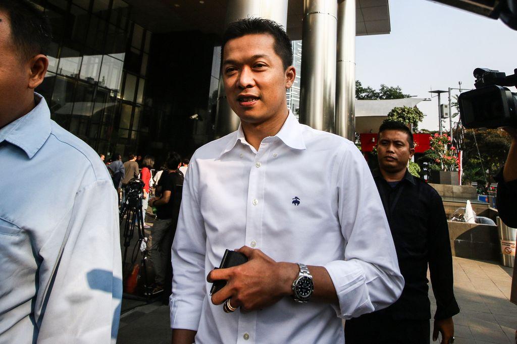 Mantan Atlet Bulutangkis Taufik Hidayat (kiri) meninggalkan gedung KPK seusai menjalani pemeriksaan di Jakarta, Kamis (1/8/2019). Taufik diperiksa KPK untuk pengembangan kasus korupsi di lingkungan Kemenpora. ANTARA FOTO/Rivan Awal Lingga/pd.