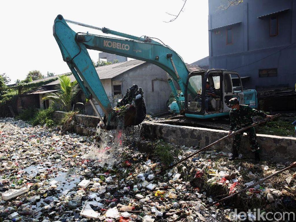 Sampah Kali Bahagia Dibersihkan