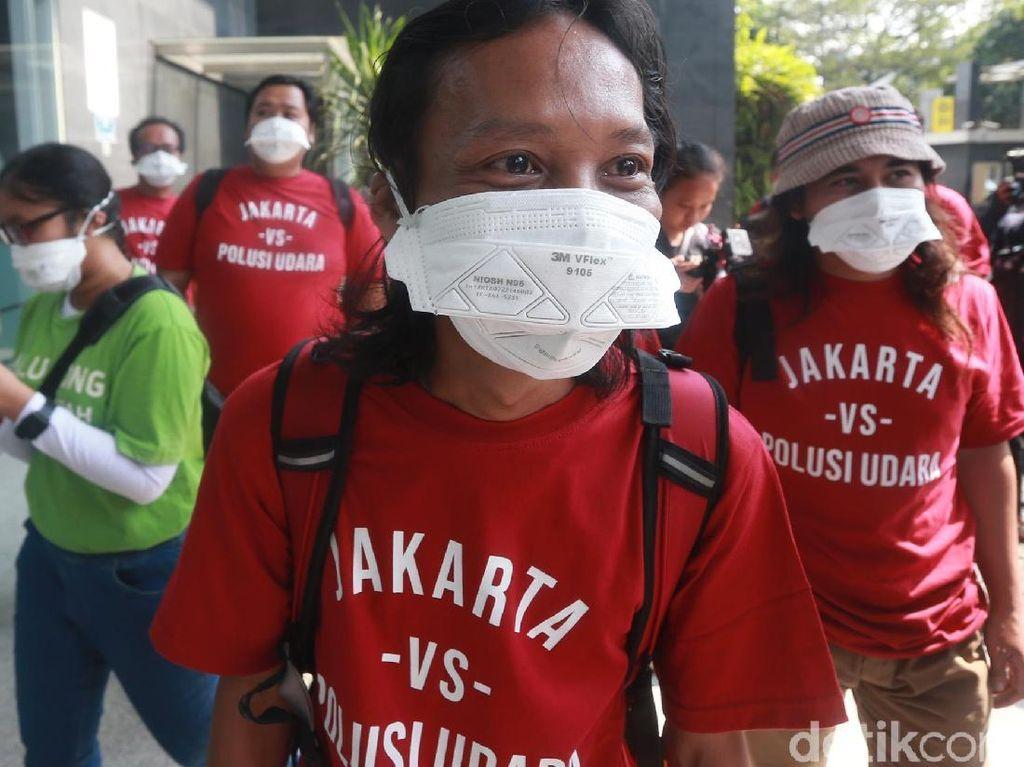 Massa Bermasker Hadiri Sidang Gugatan Polusi Udara Jakarta