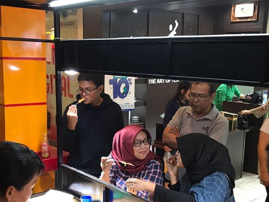 Momen Bupati Bogor, Ade Yasin Jajan Telur Gulung hingga Cicip Alpukat