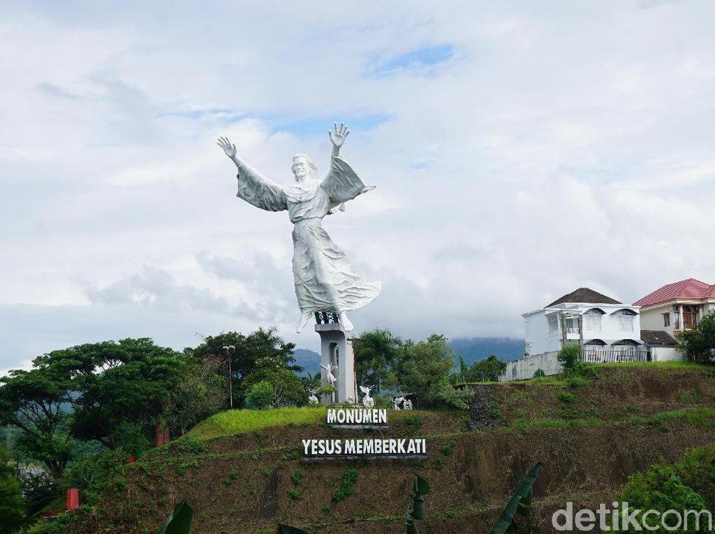 Foto: Patung Yesus Memberkati di Manado Bikin terkesima