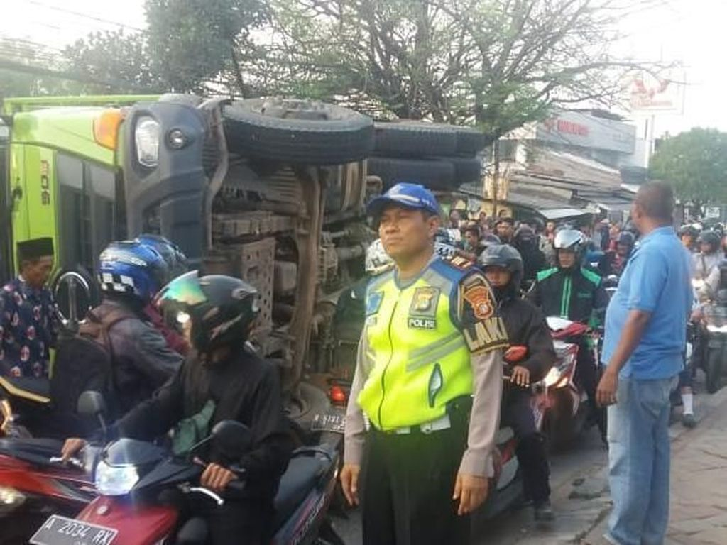 Balita Korban Selamat Tertimpa Truk Dievakuasi Lewat Kaca Mobil