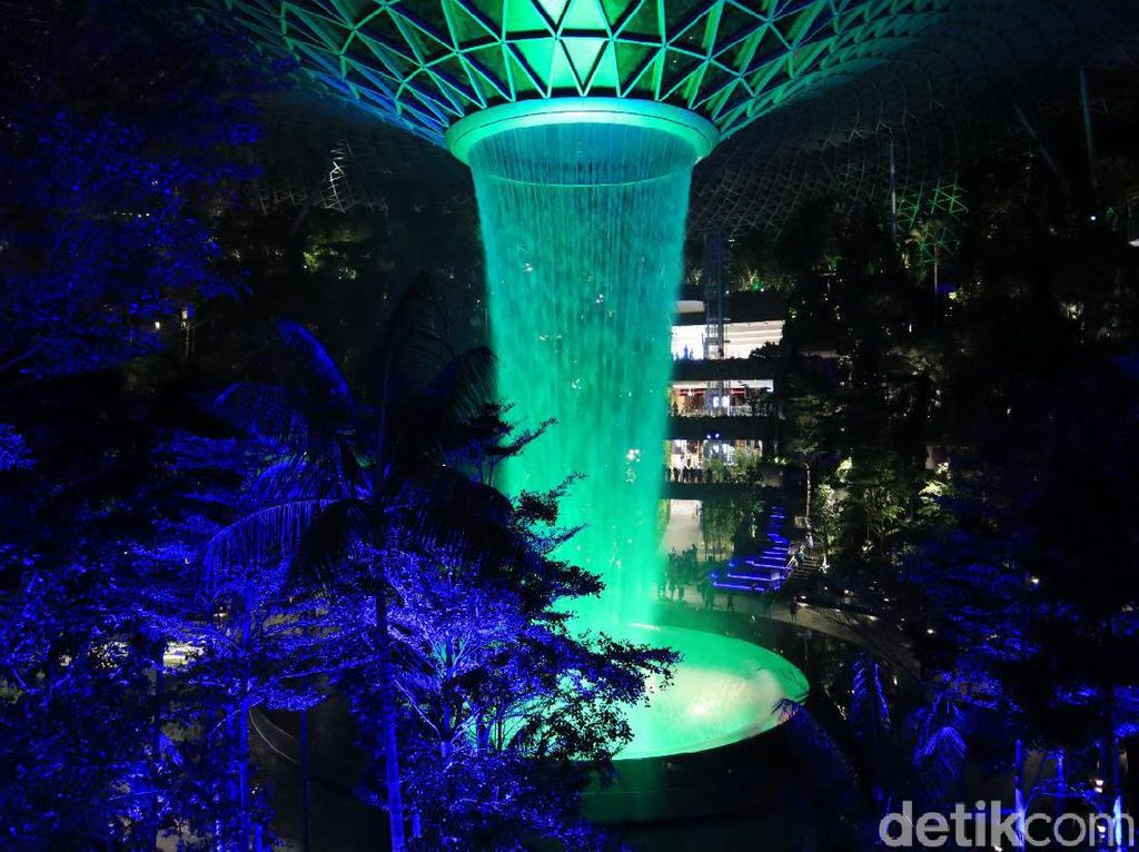 Foto: Hutan Avatar di Jewel Changi